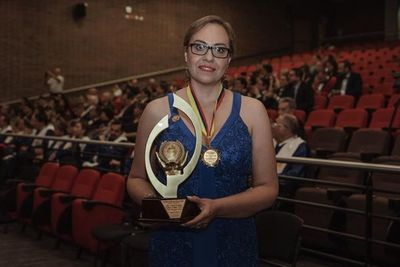 Odontóloga paraguaya recibió un premio por su aporte investigativo