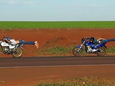 Jóvenes desafían a la muerte sobre motos