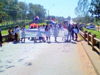 Manifestantes exigen trabajo y terminación del centro de salud