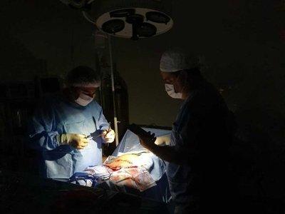 Horqueta: practican cesárea con la luz de un celular