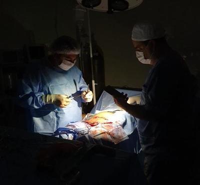 Cesárea concluye con luces de celulares en Horqueta