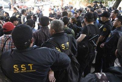 Guardias protestan y denuncian explotación