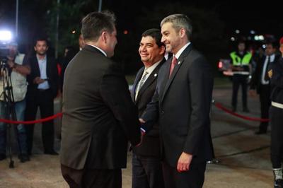Mandatario viajó a Bolivia para reunión con su homólogo Evo Morales