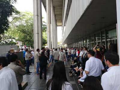 Funcionarios de la ANDE paran denunciando contrataciones sin concurso