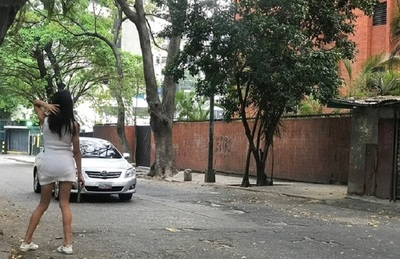 Ante crisis, prostitutas de Caracas aceptan comida como parte de pago