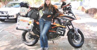 """Llegó en moto a recorrer nuestras """"bellas"""" calles"""