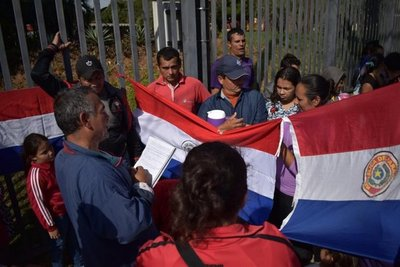 Manifestación frente a Yacyretá