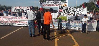 Prosigue la manifestación de productores de mandioca