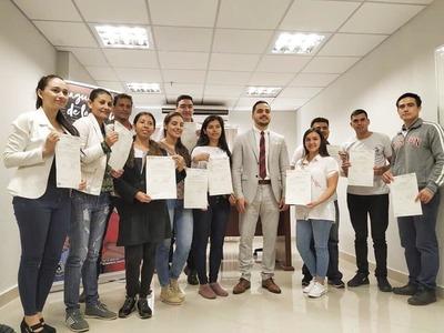 Estudiantes paraguayos de medicina en Venezuela regresan tras 7 años afuera