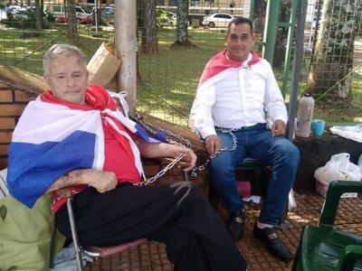 Ex funcionarios de la Municipalidad se encadenan exigiendo reposición