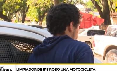 Limpiador roba motocicleta en predio custodiado por policías