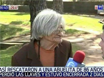 Rescatan a abuelita de 86 años que quedó atrapada en su casa