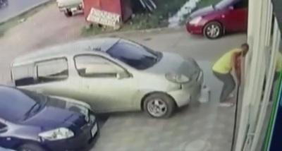 Conductora atropella a un hombre al tratar de estacionar