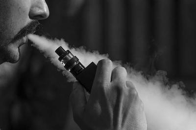 """HOY / La moda de """"vapear"""" y sus riesgos: sustancias tóxicas dañan las vías respiratorias y producen cáncer"""