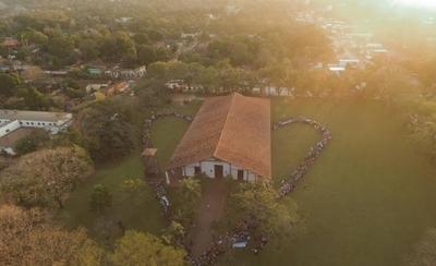 """HOY / Con """"abrazo musical"""", jóvenes artistas piden preservar el Templo de Yaguarón"""