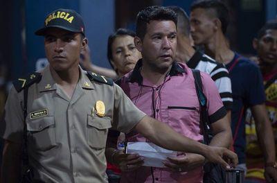 """Venezolanos en """"situación vulnerable"""" seguirán entrando sin visa ni pasaporte a Perú"""