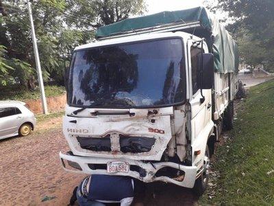 Dos fallecidos tras choque entre motocicleta y camión