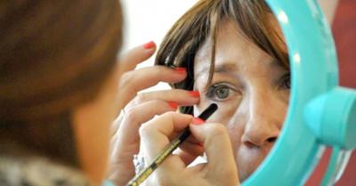 Enseñan a chicas con  cáncer a maquillarse
