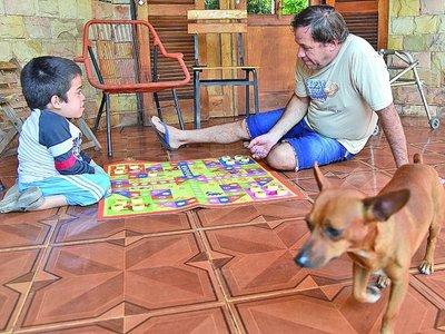 Ángel, un papá especial que desafía a  la rutina diaria alentando a su hijo