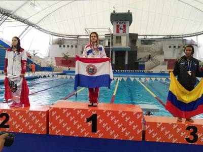 Nueve medallas y nuevos records para jóvenes nadadores en torneo en Perú