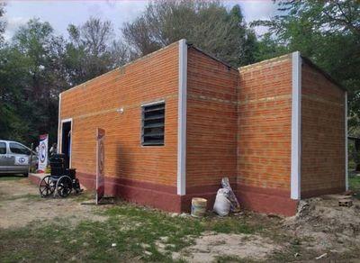 Gobernador de Central entregó una vivienda adaptada a una PcD
