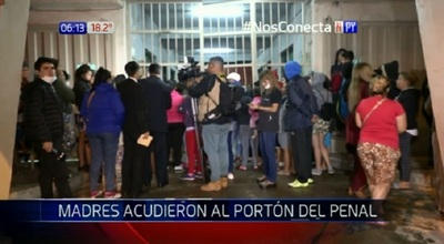 Familiares colmaron alrededores del penal de Tacumbú