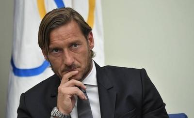 HOY / Totti deja la Roma y arremete contra los dueños del club
