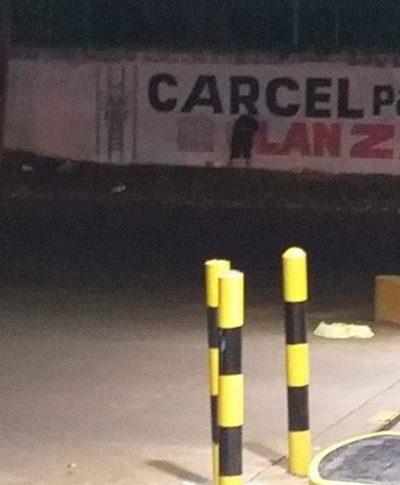 Solitariamente fue a borrar pintura de «Cárcel para el clan ZI»