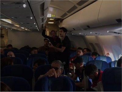 Músicos cantaron en avión que no pudo aterrizar a causa de la neblina