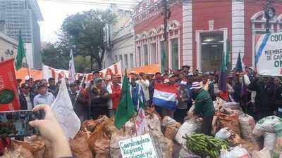 Campesinos marchan por las calles de Asunción