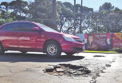 """Quejas por """"agujeros"""" sobre una avenida"""