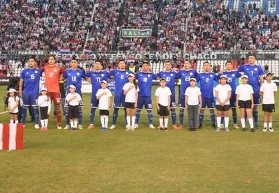 Con la camiseta azul ante Argentina