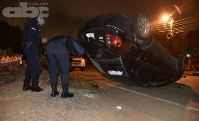 HOY / Conductor volcó y abandonó su vehículo