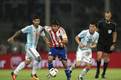 HOY / Argentina y Paraguay se enfrentan en un duelo crucial