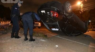 Conductor abandona su vehículo luego de volcar