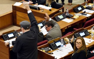 """Senadores aprueban a libro cerrado el proyecto de ley del """"impuestazo"""""""