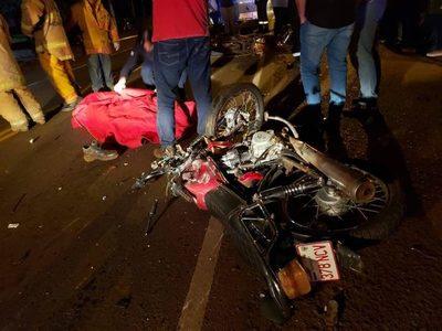 AHORA: CHOQUE FRONTAL DEJA DOS MOTOCICLISTAS FALLECIDOS EN HOHENAU