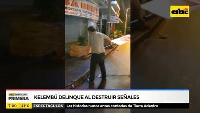 """Kelembú destroza """"en vivo"""" señales de tránsito"""