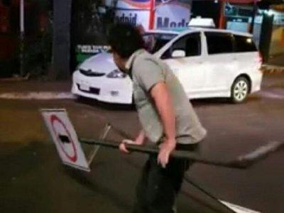 Denuncian a Kelembu por destruir señales de tránsito