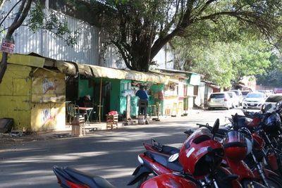 Tierra de nadie: Acera y calle de IPS Ingavi copadas de vendedores