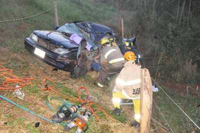 Joven muere al perder el control de su auto y caer a una barranca