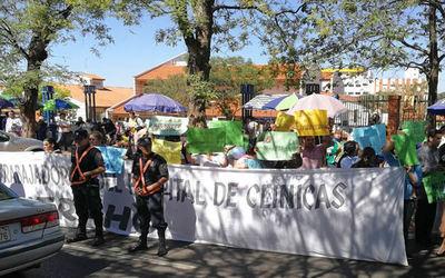 Enfermeros anuncian prolongada huelga en Clínicas