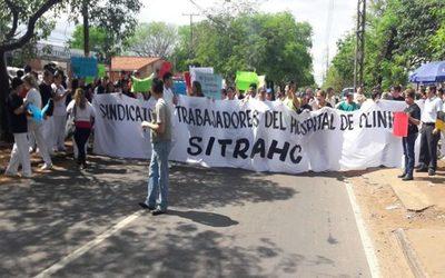 Funcionarios anuncian huelga en Clínicas