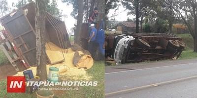 CAMIÓN TRANSPORTADOR DE MAÍZ VOLCÓ EN OBLIGADO
