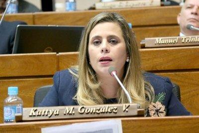 Kattya González abre el paraguas y afirma que será denunciada por tráfico de influencias
