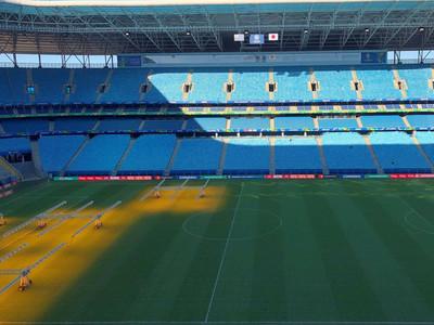 Tite inspecciona el césped antes del partido contra Paraguay