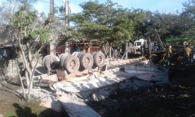 Camión con cemento vuelca en Santaní