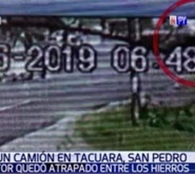 Camión transportador de cemento vuelca en San Pedro