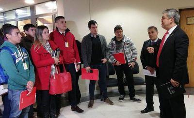 """Riera defiende a docentes despedidos con """"plumazo"""" de Petta"""