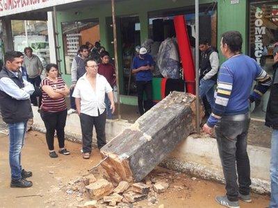 Mujer fallece luego de que una pilastra se derrumbara sobre ella